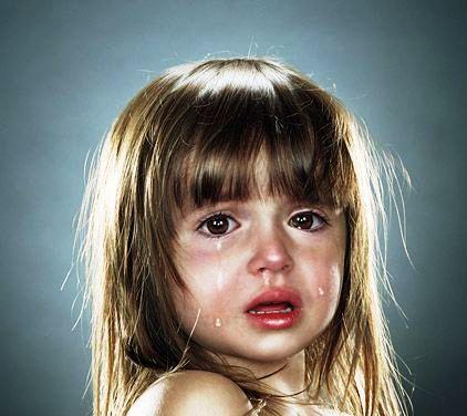 девочка в слезах