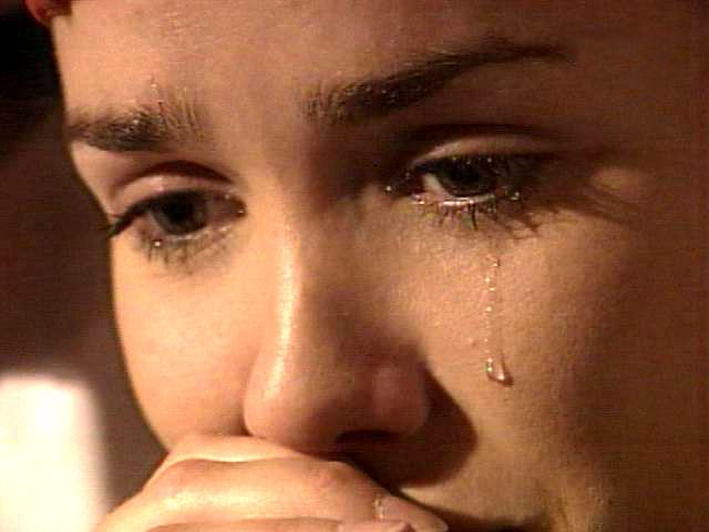девушка в слезах